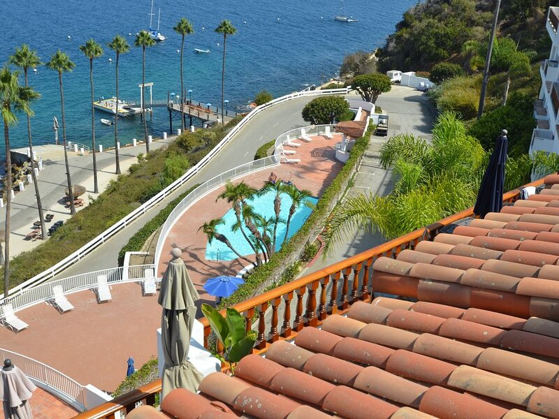 Hamilton Cove Villa Overlooking the Ocean and Pool (Cart Incl), aluguéis de temporada em Avalon