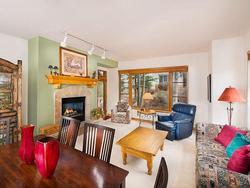 Gorgeous Mountain Condo + Fireplace & Private Balcony | Hot Tub Access, location de vacances à Edwards