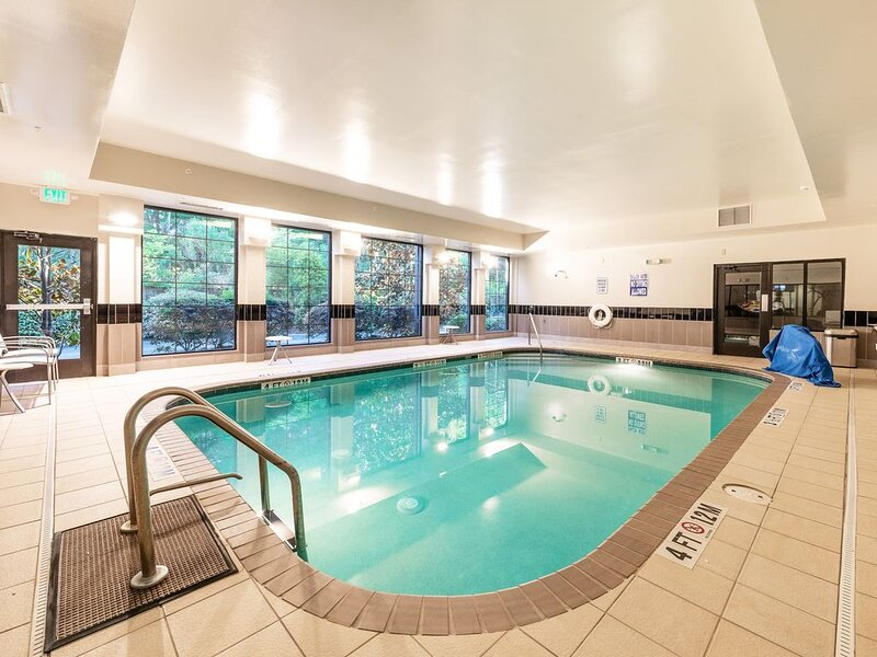 Free Wi-Fi + Complimentary Breakfast + Heated Indoor Pool | Suite in North Charl, alquiler de vacaciones en North Charleston