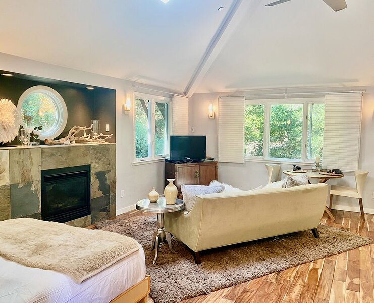 Luxurious Creekside Studio minutes from downtown Mill Valley, PRIVATE unit, holiday rental in Marin County