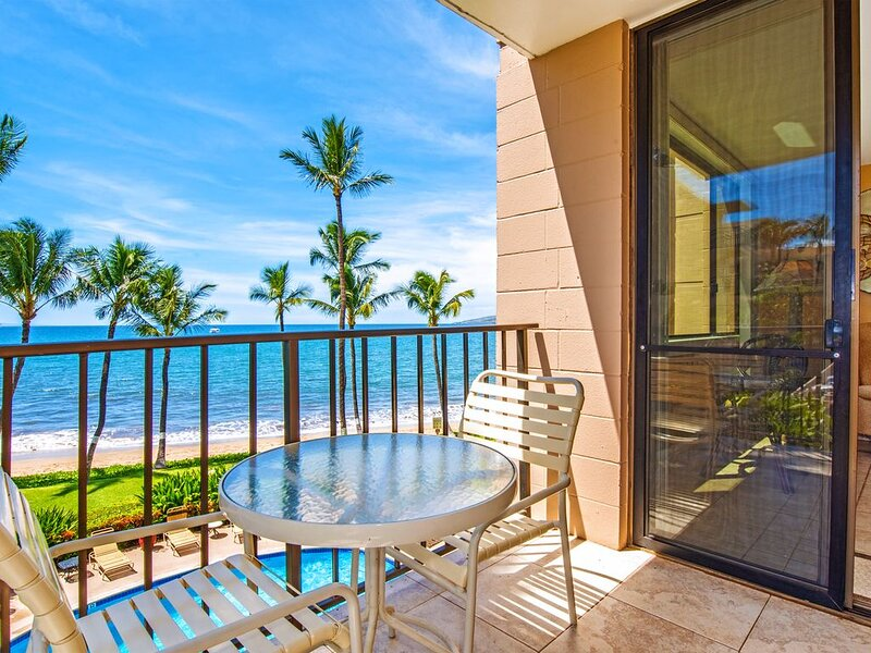 KR301-Direct Beach Front Third Floor Condo with Pool and Ocean Views that Stun O, holiday rental in Spreckelsville