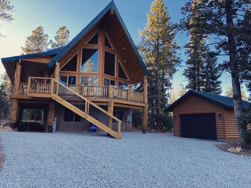 NEW! Cozy cabin retreat on quiet street near Duck Creek Village, Sleeps 10-12, location de vacances à Long Valley Junction