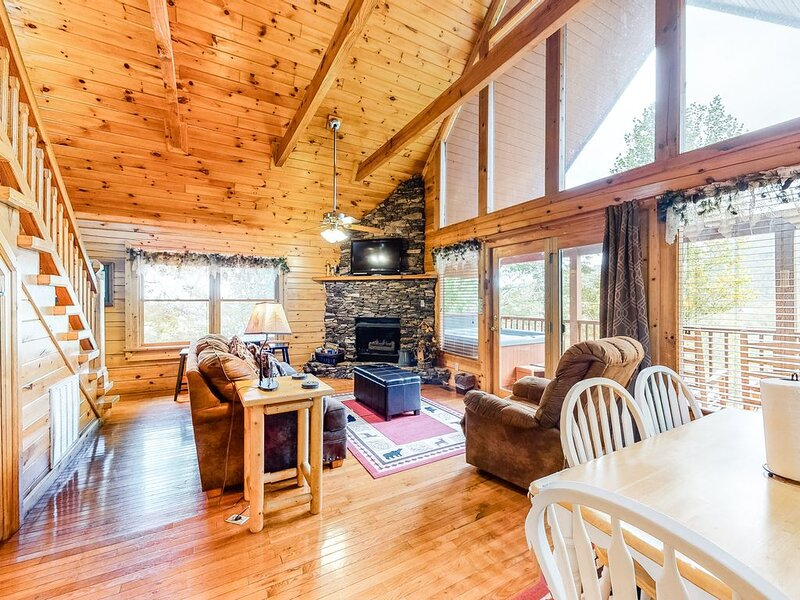 Isolated cabin w/ private hot tub, balcony, breathtaking smokey mountain views!, location de vacances à Wears Valley