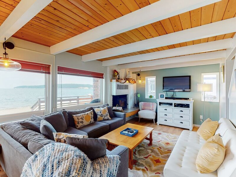 Two story, dog-friendly oceanfront cottage w/deck, private gas grill, wood stove, location de vacances à Langley