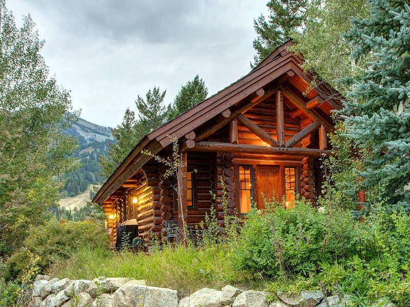 Abode at Moosehead Cabin | 2 Minute Walk to Teton Village! Discounts on 7+ days, holiday rental in Jackson