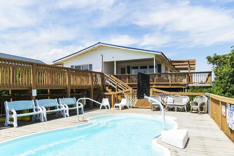 Long Boat: Oceanfront Home with Pool, Hot Tub, 5-Hole Putting Green and Game Roo, location de vacances à Caswell Beach