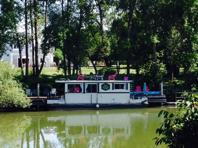 Unique Houseboat Experience on the Oak Orchard River, holiday rental in Elba