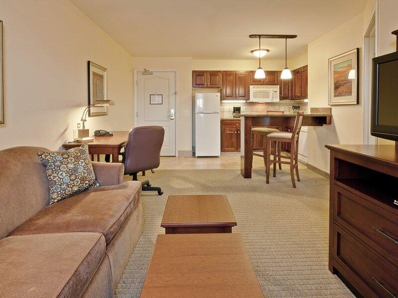 King Suite | Free Breakfast, Pool Access + Business Center On-Site, location de vacances à Fortville