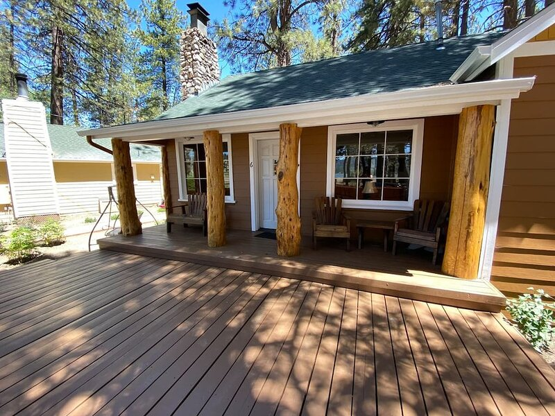 Fawn Meadow Cabin #6-Lake views, fireplace, large deck, private backyard, location de vacances à Fawnskin