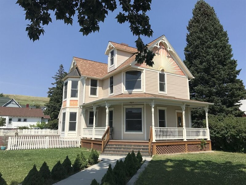 Anne the Victorian Queen ~ Beautifully Restored Home in the Heart of Red Lodge,, vacation rental in Red Lodge