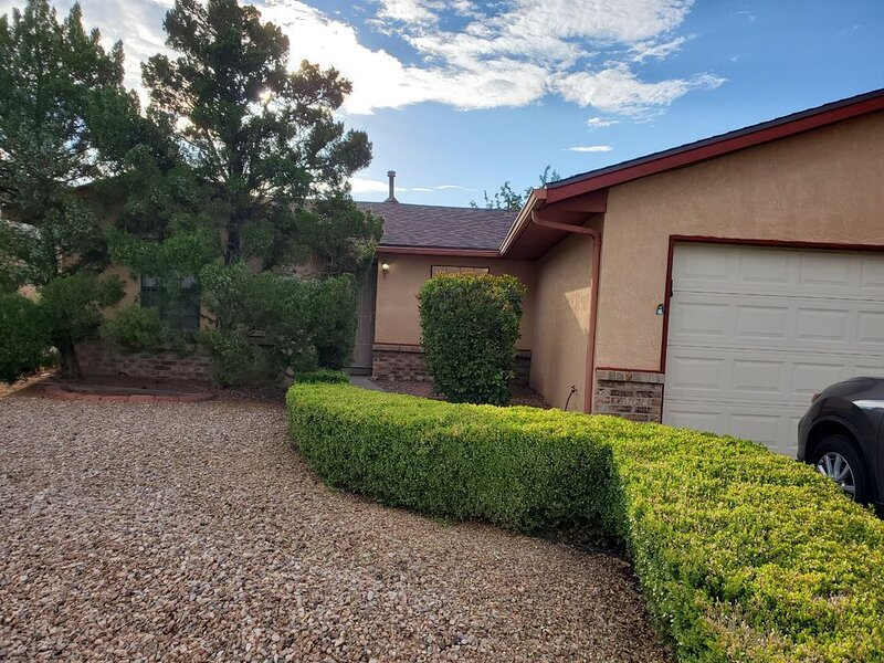 COZY HOME IN THE HEART OF ALBUQUERQUE AMENITIES, holiday rental in Santa Ana Pueblo