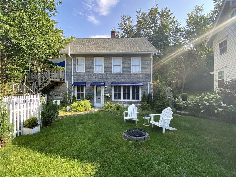 Chic Farmhouse Cottage, ROW private beach, Wi-Fi unlimited streaming, A/C, 600sf, holiday rental in Blue Hill