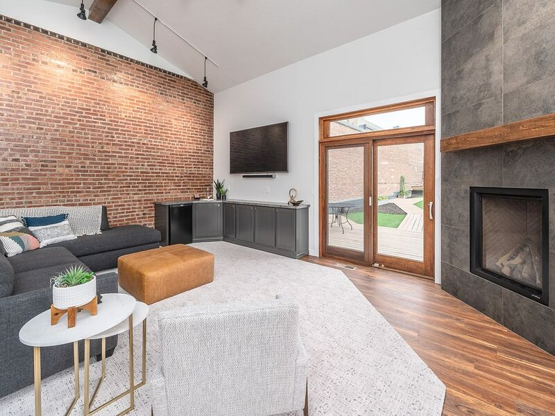 Beautiful loft condo with rooftop patio overlooking Phillips Ave! – semesterbostad i Sioux Falls