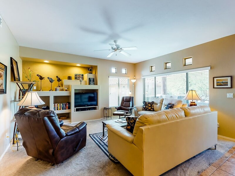 Comfortable and updated condo with a shared pool and hot tub!, location de vacances à Oro Valley
