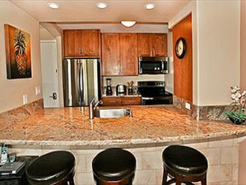 KR405-Beautifully Remodeled Beachfront Condo with Park and White Sand Beach!, holiday rental in Spreckelsville