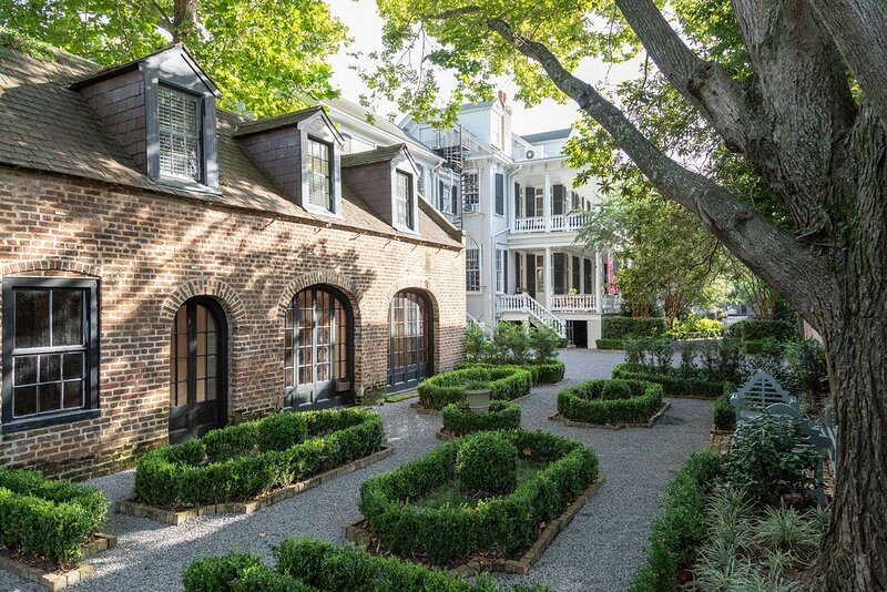 Gorgeous Carriage House / Gorgeous Setting, holiday rental in Charleston