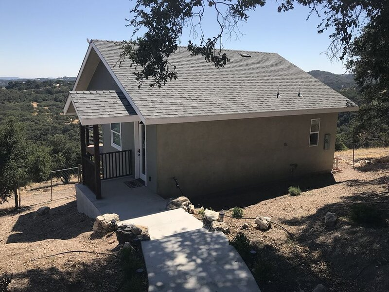 Cottage on Our Hill (w/ EV Charger), holiday rental in Lake Nacimiento