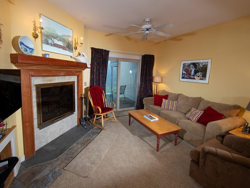 Mid-Mountain Location! Slopeside Suite with Access to Pool, Hot Tubs and More, vacation rental in Mount Holly