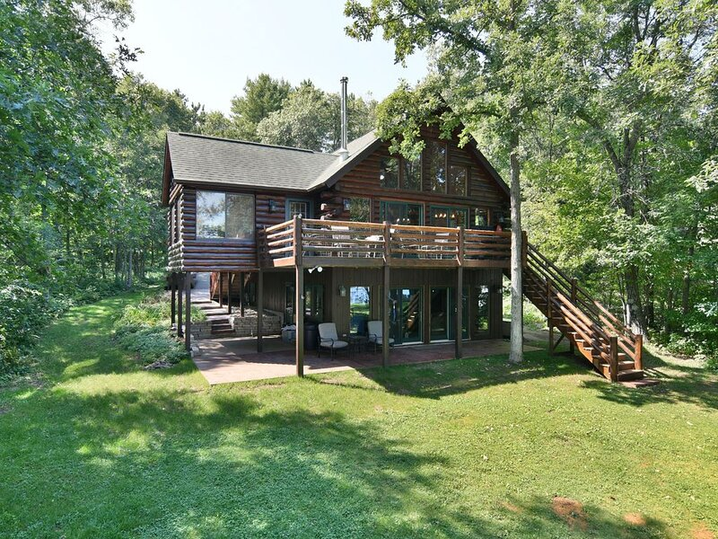 Trego Lake House- level elevation and pontoon included!, vacation rental in Shell Lake