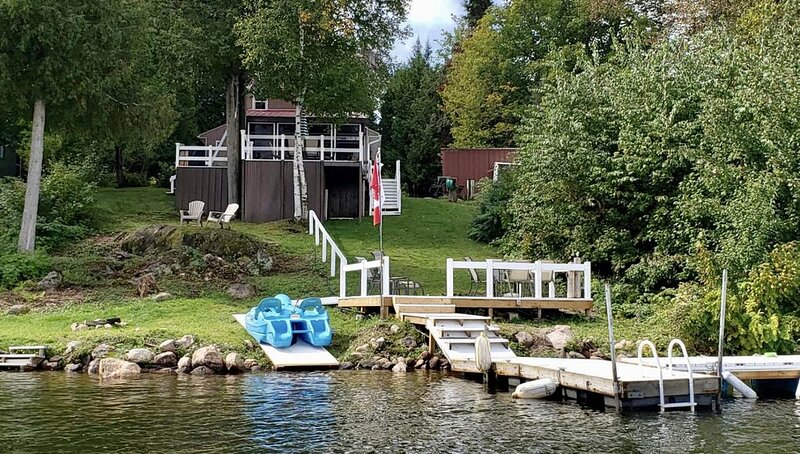 Privacy, space and gorgeous view of the lake from deck right outside your door, holiday rental in North Bay