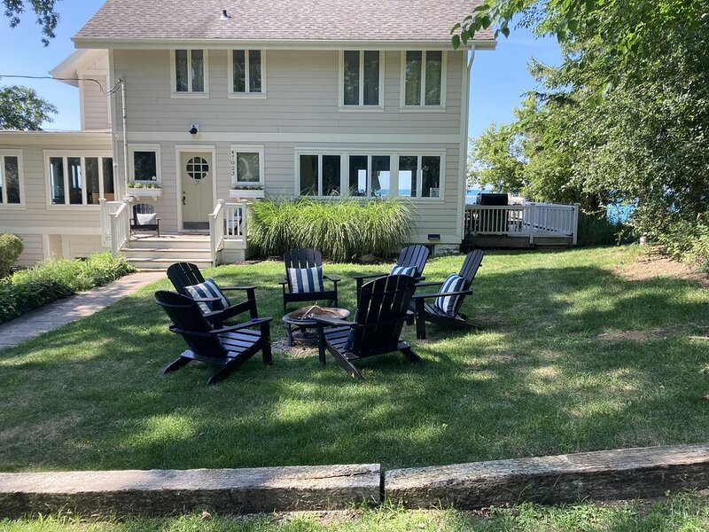 Lakefront, large decks with stunning sunsets, close to golf course and more!, location de vacances à Michiana Shores