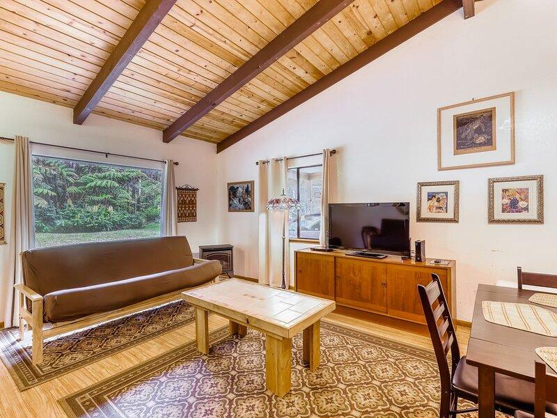Serene property w/enclosed nature walk, meditation spot & gardens, vacation rental in Volcano