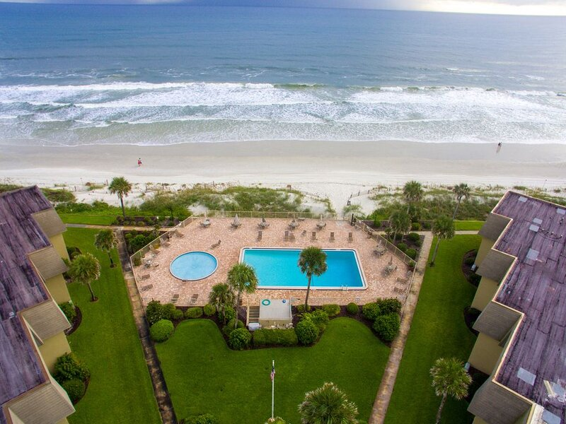 B207 The Coquina Condos: High End Oceanfront Condo w/ Private Beach and Pool, location de vacances à Crescent Beach