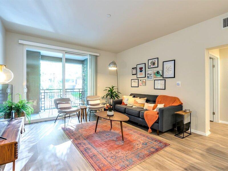 Upscale Apartment | Private Entrance | Mins to Newport Beach | Pool View, location de vacances à Irvine