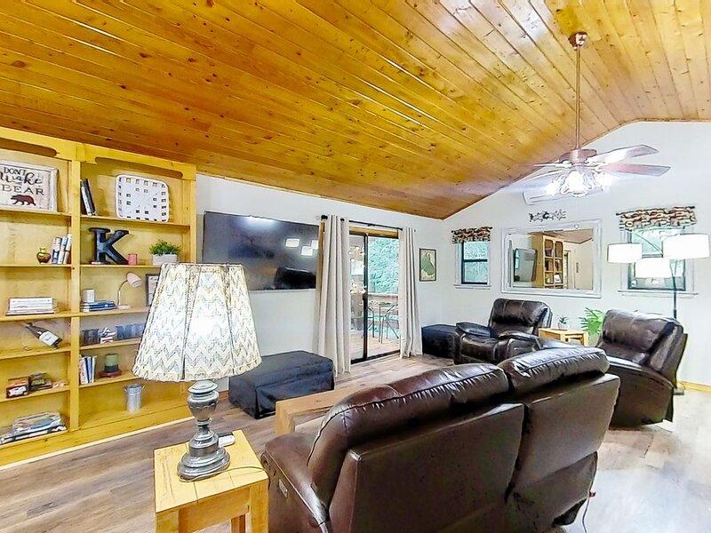 New listing! Woodsy, dog friendly retreat w/ beautiful creek, deck, & firepit!, vacation rental in Balsam