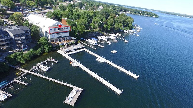 Penthouse Suite, gorgeous West Lake Okoboji views, 1 BDRM above shopping center, casa vacanza a Iowa