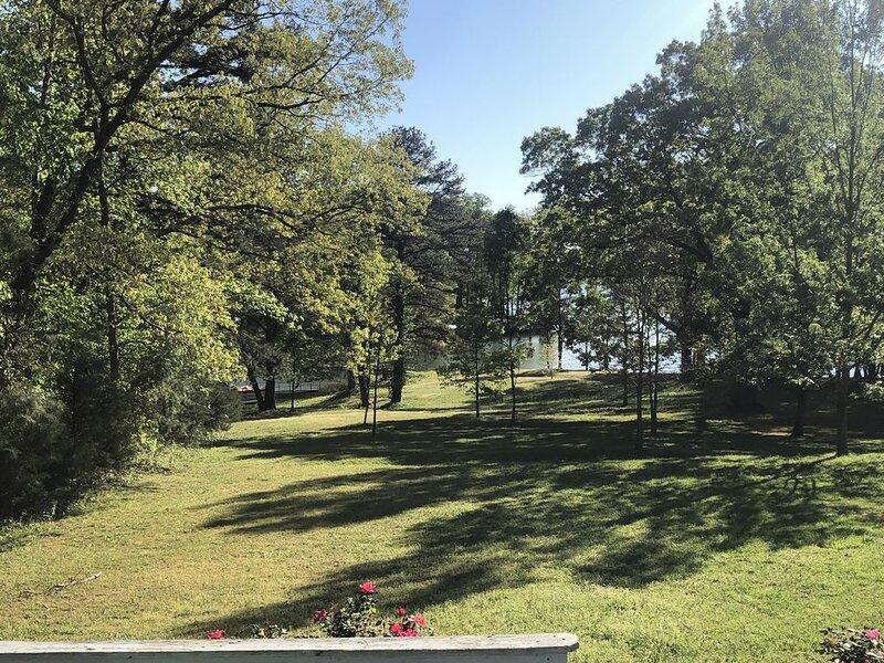 spacious lakefront home! Pet Friendly!, casa vacanza a Fair Play