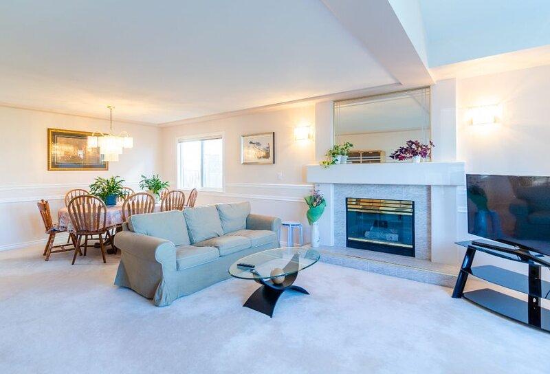 3  private Bedrooms - Cozy, Spacious & Bright!, location de vacances à New Westminster