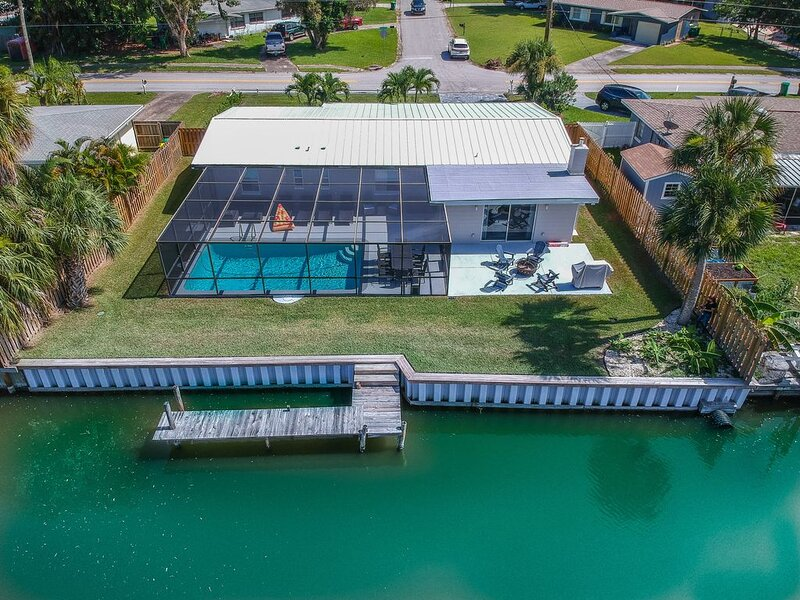 Remodeled Waterfront Merritt Island Home w/ Private Pool & Dock, alquiler vacacional en Cocoa