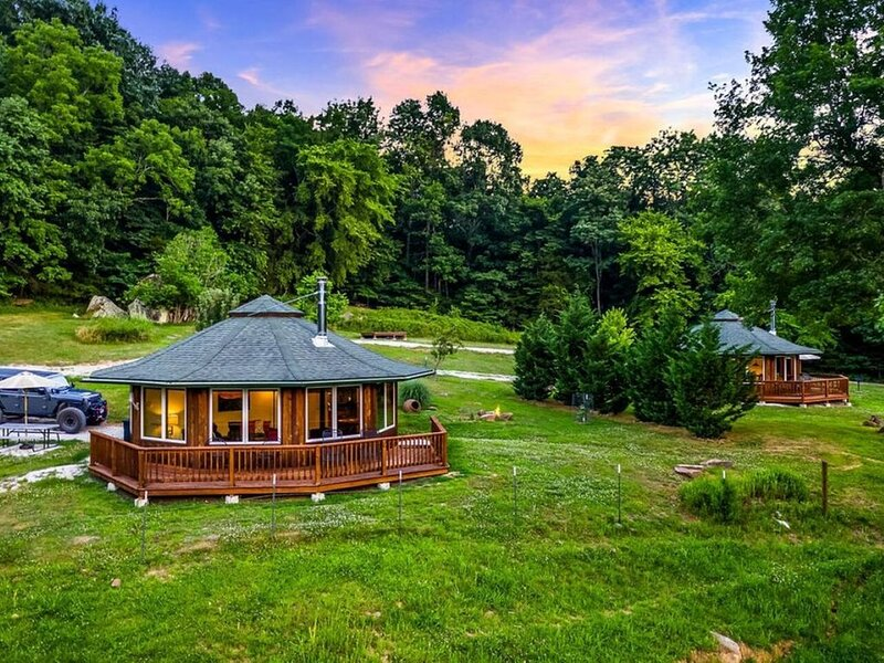 Ozark Mountaintop Retreat - 'Redbud' Cabin, holiday rental in Parthenon