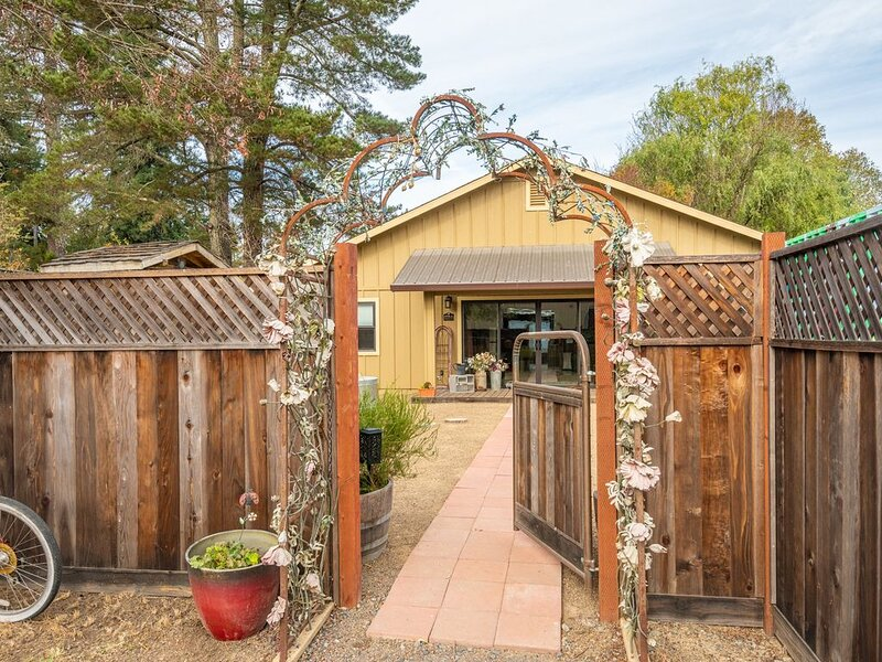 Upscale Charming Cottage on a Quiet Country Lane in Sebastopol, holiday rental in Sebastopol
