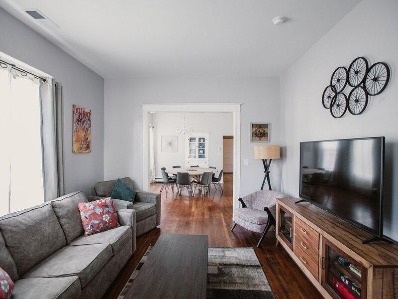 Remodeled dwtn home, big kitchen, walk or bike to shops, vacation rental in Fruitvale