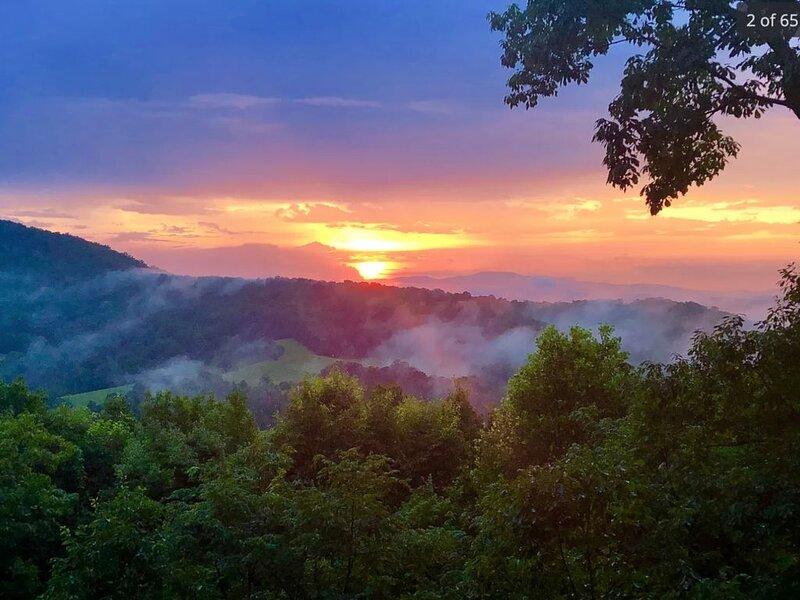 Hoot Owl Cabin - 5★ Mtn and Sunset Views - Hot Tub, alquiler de vacaciones en Morganton