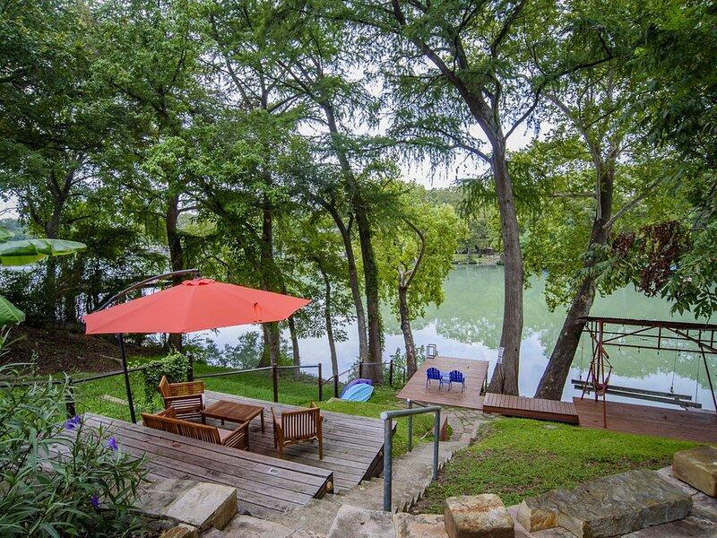 Lakefront Retreat between San Antonio and Austin!, casa vacanza a Kingsbury