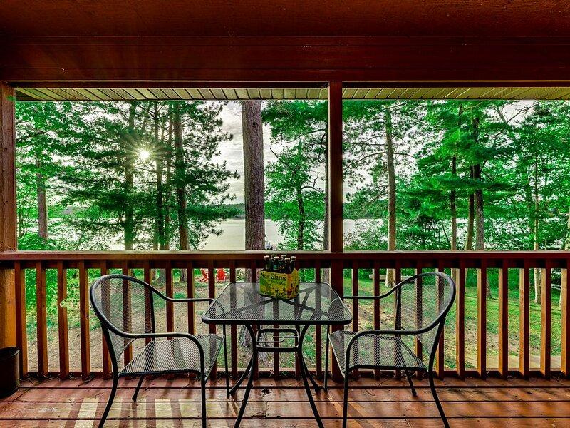 Lakeside 'Swimmin' Bear' Condo: Sauna, balcony, club room, beach & more!, holiday rental in Danbury