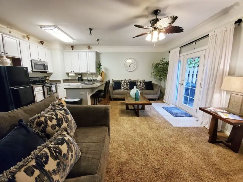 Beautiful & Quiet Retreat a hop from Atlanta's Hartsfield International Airport, holiday rental in Union City