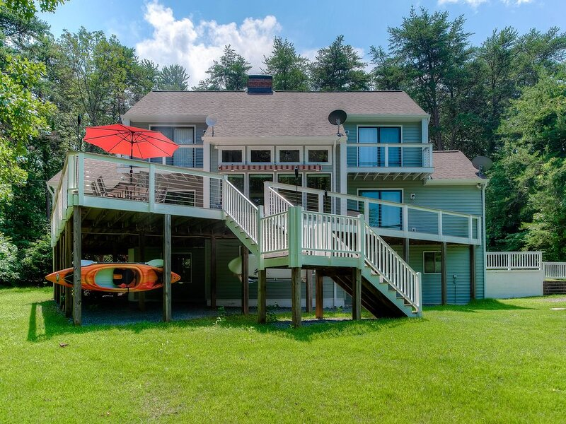 Marvelous & Spacious Lakefront House w/ Large Deck, Private Dock, & Central AC, holiday rental in Bumpass