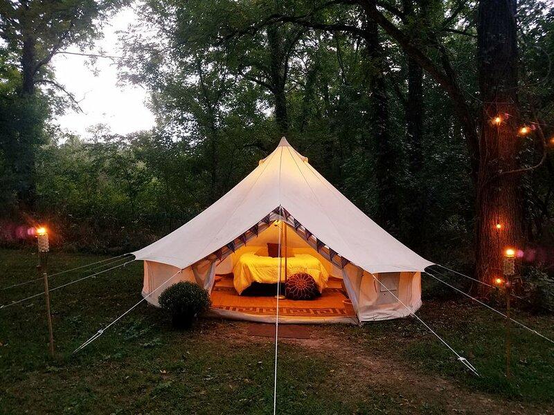 Large Bell Tent on the Kings River!, location de vacances à Huntsville