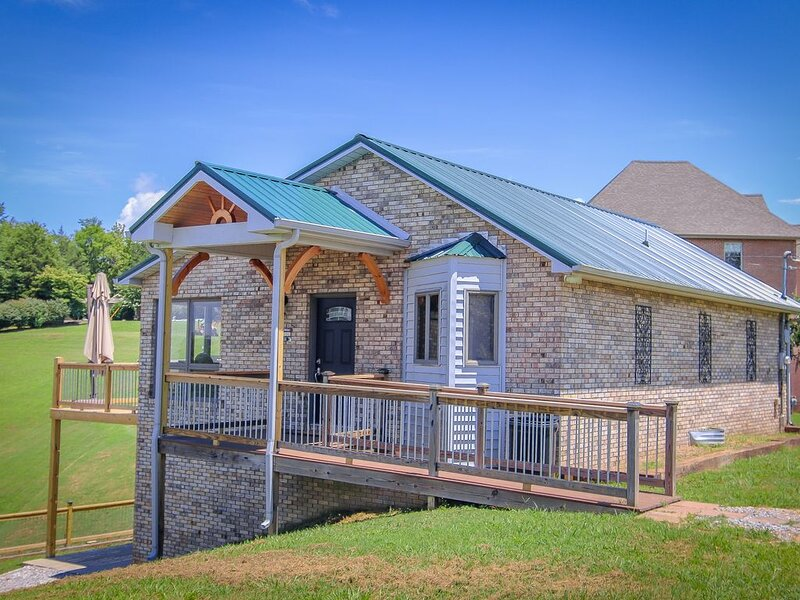 Charming 4 bedroom home on Tims Ford Lake!, location de vacances à Tullahoma