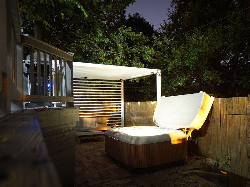 3BR/1.5BA Home w/ Relaxing HOT TUB in Popular Area, location de vacances à Saint Matthews