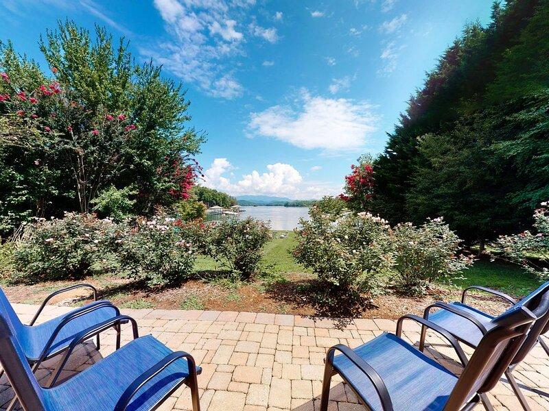 Stunning lakefront estate on one acre w/ a private dock, free WiFi, & more!, aluguéis de temporada em Hiawassee