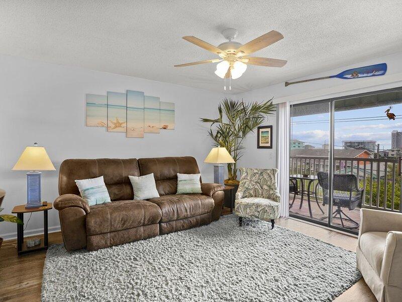 Latitude 34: Roomy Condo in A+ location, Walk to ☀beach/boardwalk★, Ferienwohnung in Carolina Beach