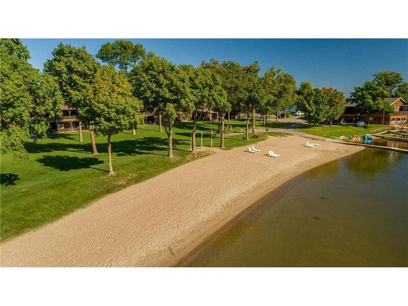 Beautiful, Large, Lower Level, Beach Frond Condo on Leech Lake, Multi Family, alquiler de vacaciones en Hackensack