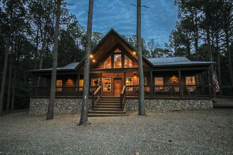 Heartland Retreat - 3 BR + BBs, 3.5 baths, gameroom, playset, & handicap ramp, alquiler vacacional en Broken Bow