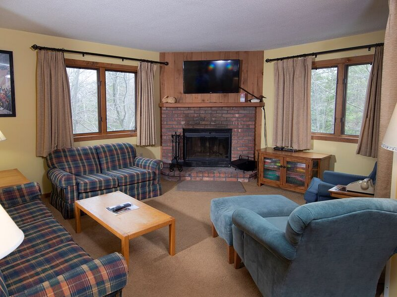 Ski-in/Ski-out Condo with access to Pools, Sauna, Hot Tubs nearby!, location de vacances à Belmont