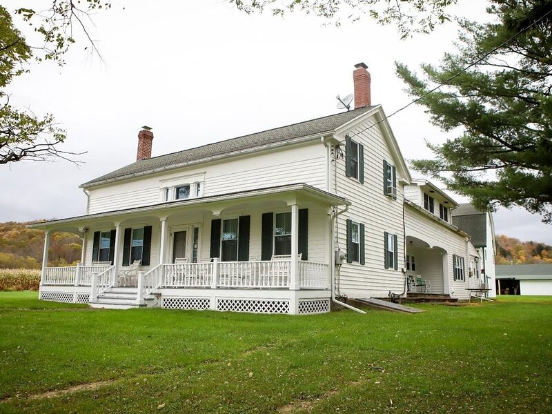 Spacious, Iconic Central New York Farmhouse., location de vacances à Spencer